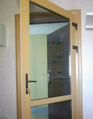 Установка металлопластиковой двери - вид изнутри квартиры