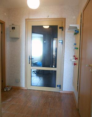 Установка металлопластиковой двери в качестве второй при входе в квартиру