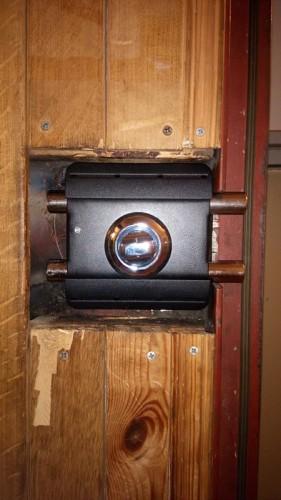 Замена сувальдного замка Керберос на накладной Барьер-каре на металлической двери с деревянной отделкой вагонкой