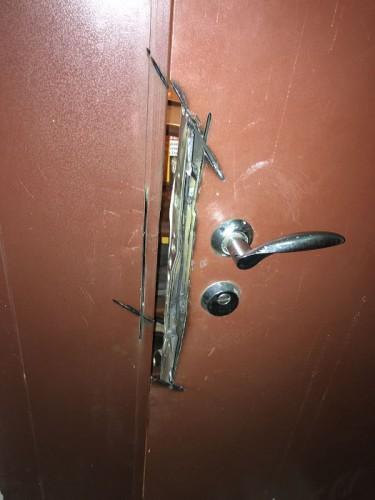 Ремонт входной железной двери после вскрытия болгаркой - установка металлической пластины сваркой
