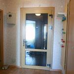 Установка металлопластиковой двери с ламинацией под дерево в качестве второй двери