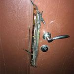 Ремонт входной железной двери сваркой с установкой металлической пластины