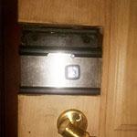 Вскрытие накладного замка с заменой на Барьер-4 на металлической двери с деревянной отделкой