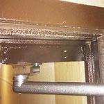 Установка дверного доводчика на усиленную пластину на металлическую дверь