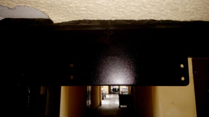 Металлическая пластина для установки дверного доводчика