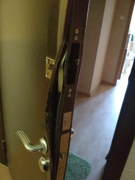 Ремонт входной металлической двери с выправлением дверного полотна
