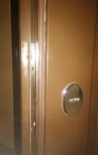 Установка замка MOTTURA 40.701.60 со внутренней стороны двери