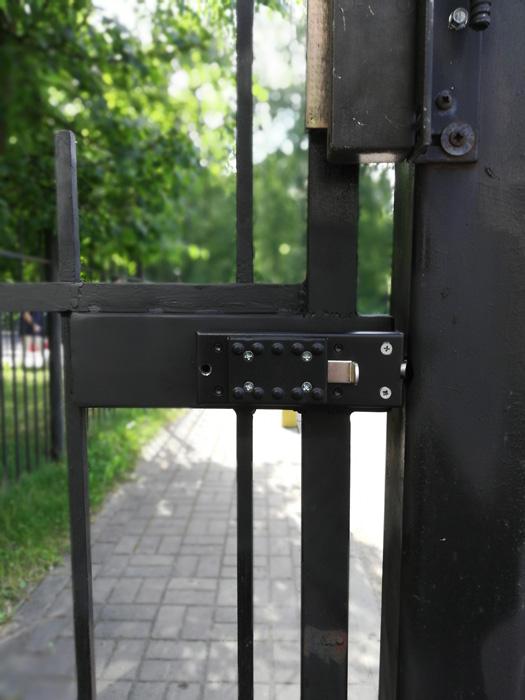 Вид на установку кодового замка Меттэм со внутренней стороны металлической калитки