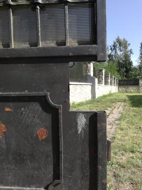 Вырез фрагмента ворот под посадочный короб для замка