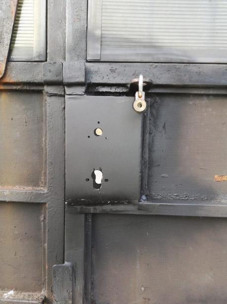 Сварка посадочного короба цилиндрового замка с воротами, его грунтовка и покраска