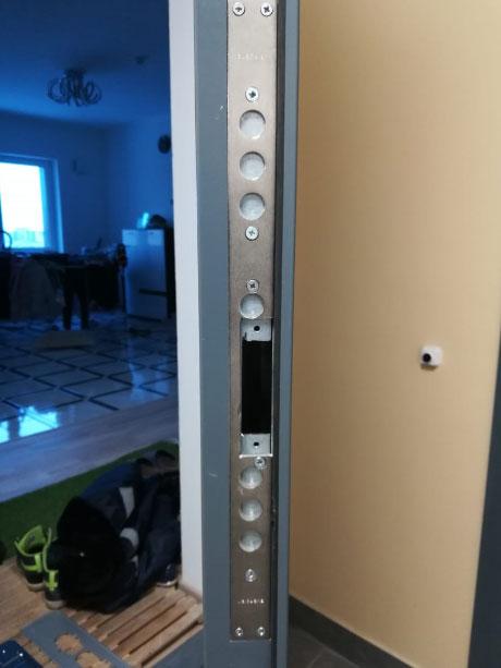 Металлическая дверь посадочным карманом от двухсистемного замка