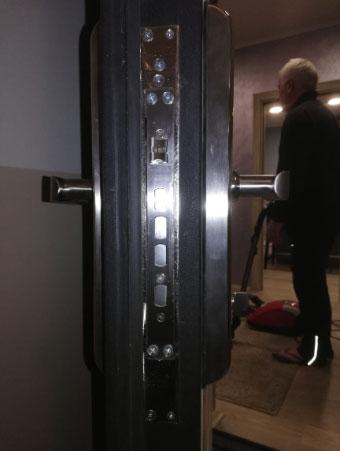 Установка врезного электронного замка Selock Hotel во входную дверь