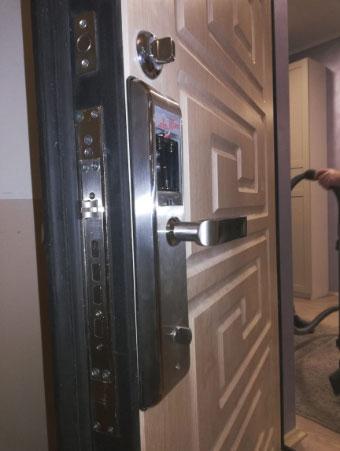 Установка врезного электронного замка Selock Hotel во металлическую дверь