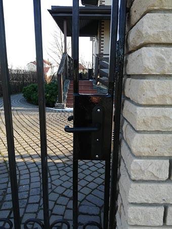 Установка дверного замка на уличную калитку